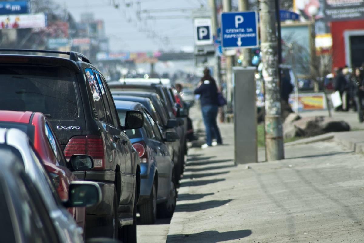 На загруженных улицах Москвы хотят ввести точечную платную парковку