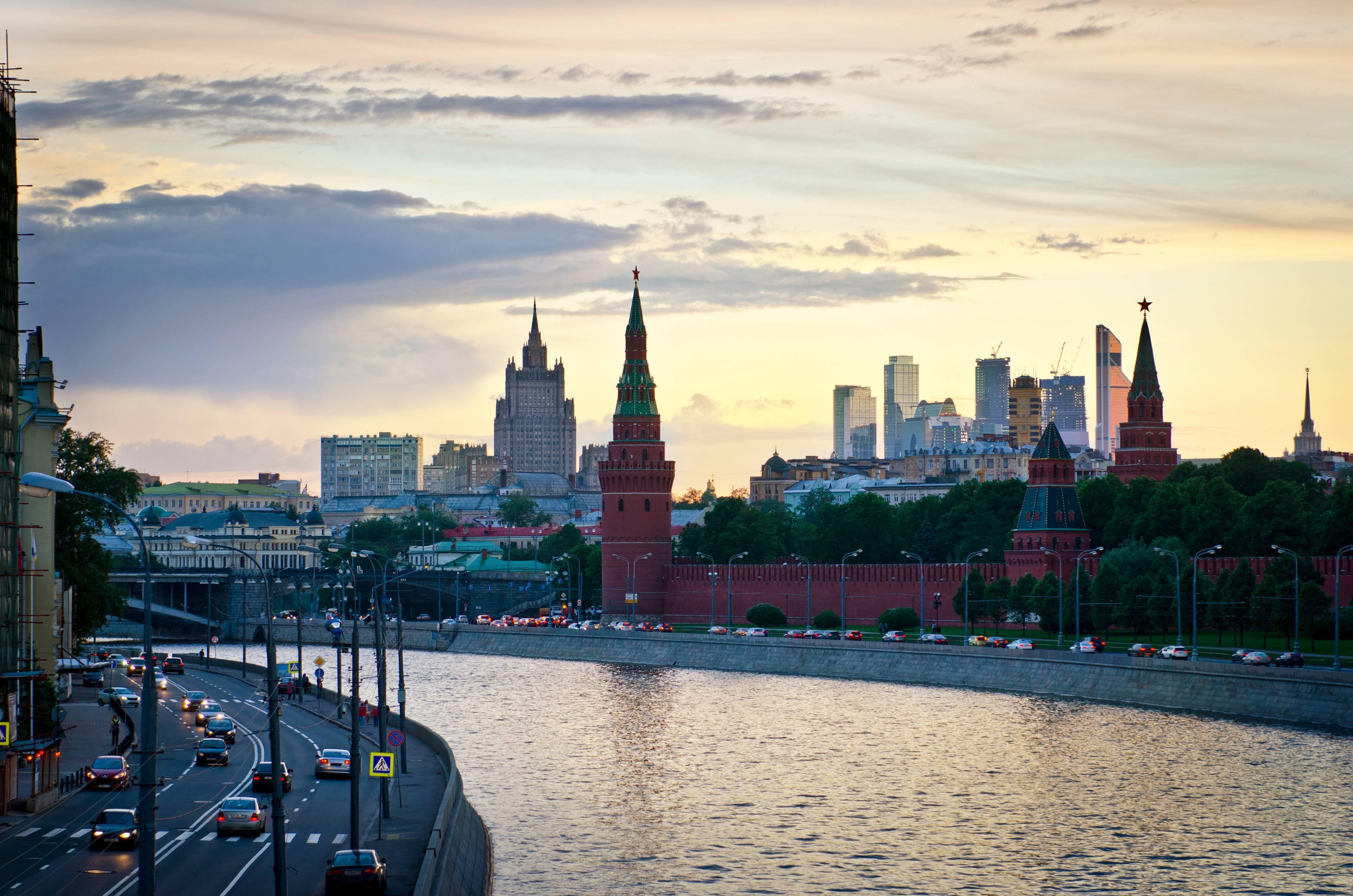 Еще 858 млн рублей требует благоустройство Кремлевской набережной