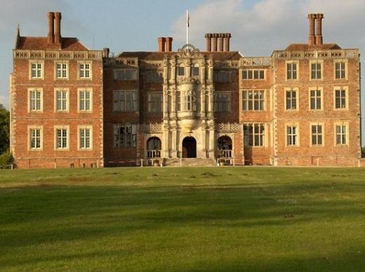 Большой дом с четырнадцатью приведениями продается в Великобритании