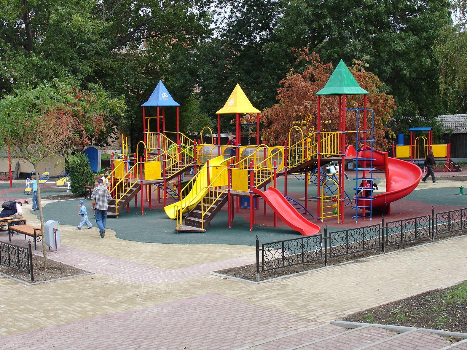 В Подмосковье в этом году установят сотню новых детских площадок