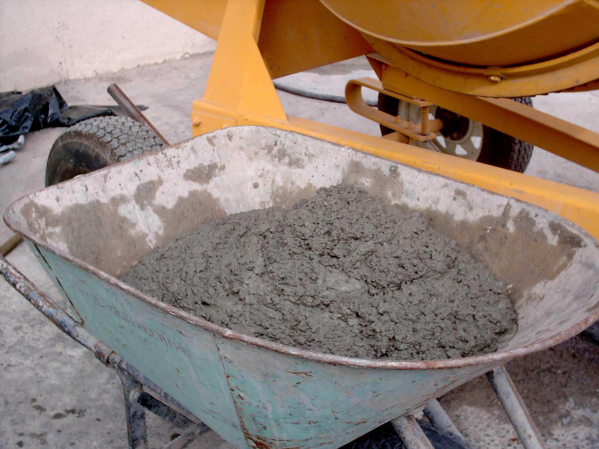 Российские власти призывают строить дороги из цемента для повышения спроса на него