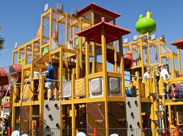 Крылатые качели: 8 самых необычных детских площадок