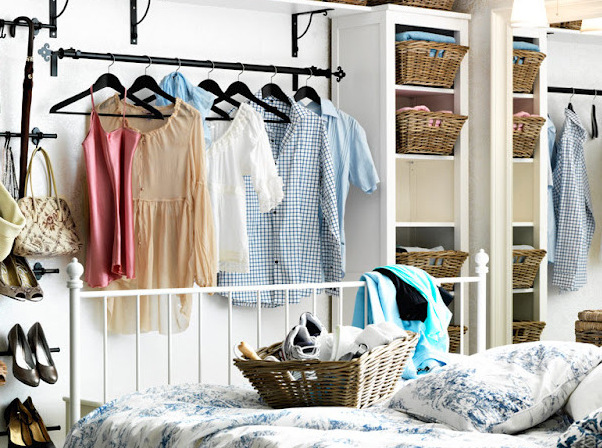 Если у вас нету шкафа: самые необычные идеи хранения одежды