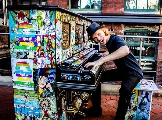 Музыка большого города: 10 необычных пианино на улице