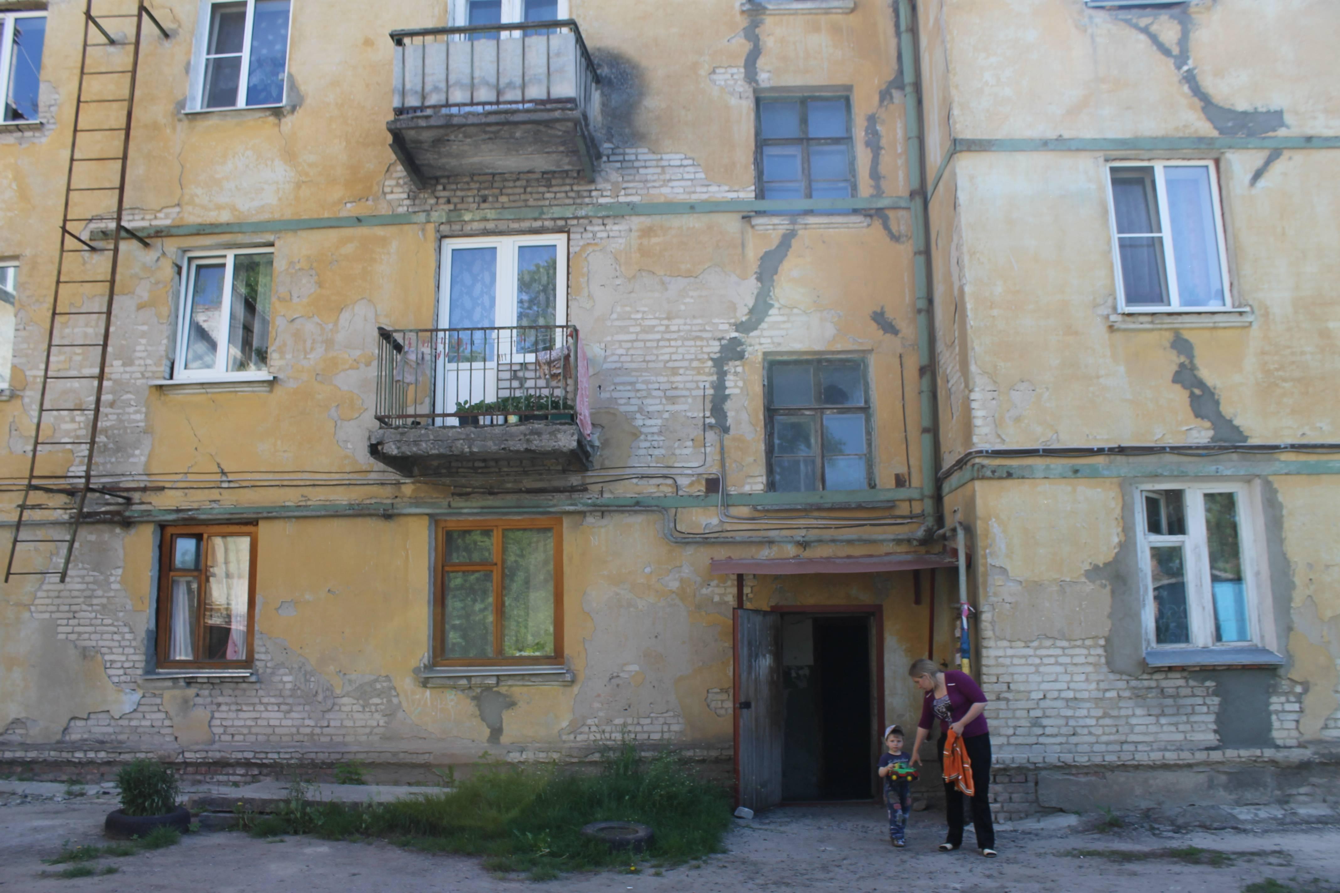 Половину аварийного жилья в России расселили