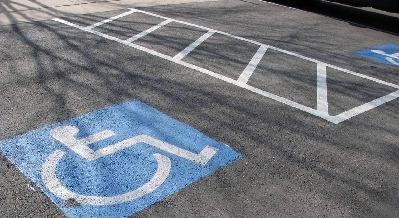 Парковочные места в Подмосковье оборудуют для инвалидов