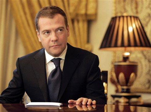 """Медведев призывает чиновников """"включать мозги"""" при решении проблем ЖКХ"""