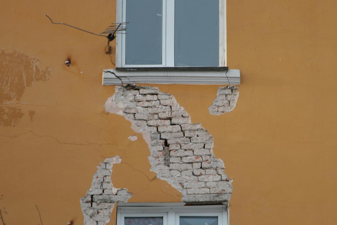 Жителей аварийных домов хотят переселять в другие регионы